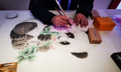 A gongbi-style painting of peonies from Juye, Heze debuts at the 3rd China International Import Expo (CIIE)