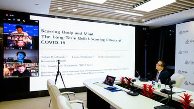 Howard Chang, vicepresidente de TCSA, preside un panel en el foro de alto nivel sobre políticas globales junto a panelistas de NYU, Cognizant y el Banco de la Reserva Federal
