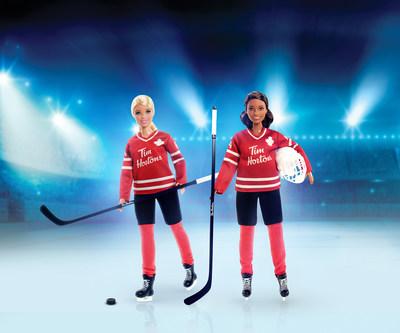 Deux Barbies de hockey Tim Hortons sont offertes. Sont inclus avec la poupée : un chandail de hockey Tim Hortons, un casque, un bâton de hockey, un support de poupée et un certificat d'authenticité. Les Barbies de hockey Tim Hortons, qui se vendent à 29,99 $ chacune, sont un excellent cadeau pour les collectionneurs et les enfants de six ans et plus. (Groupe CNW/Tim Hortons)