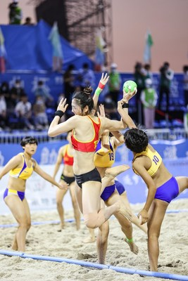 On November 13, in the women's finals, Anhui beat Chinese youth team 2-0 to win the woman's team title. Zhang Tianjie of the Anhui team attacked in the game.