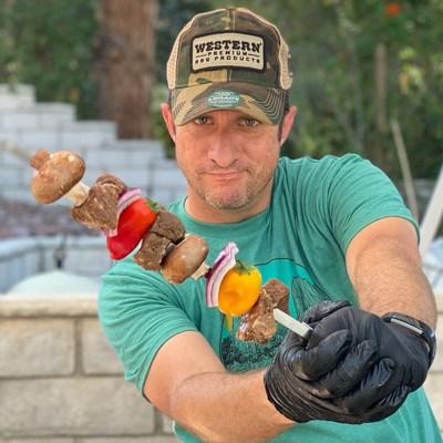 Dan Phelps (@learningtosmoke) es un popular influencer y bloguero de Instagram que muestra recetas, métodos y alimentos de todo el espectro de la barbacoa. Los consumidores pueden comunicarse con él al 1-800-TURKEYS el 23 de noviembre. (PRNewsfoto/Jennie-O Turkey Store)
