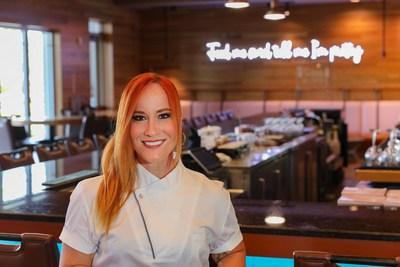 El estilo característico de la chef Adrianne Calvo (@chefadrianne) es el máximo sabor ecléctico, y se extiende desde la gastronomía de alta gama hasta la comida chatarra de alta gama. Es bilingüe, habla español y atenderá a los consumidores al 1-800-TURKEYS el 23 de noviembre. (PRNewsfoto/Jennie-O Turkey Store)
