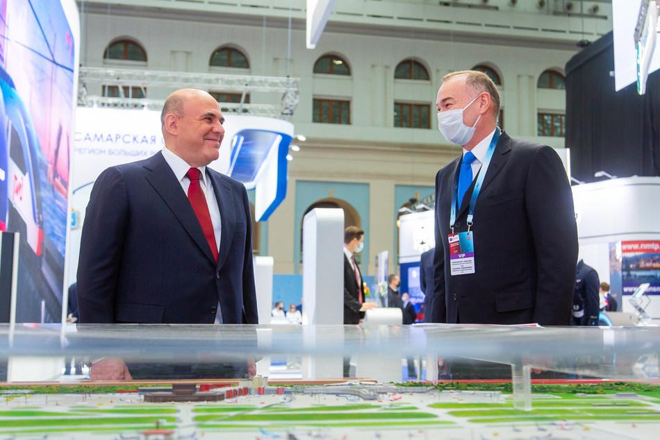Sheremetyevo Chairman Alexander Ponomarenko presents the airport's achievements to Russian Prime Minister Mikhail Mishustin.