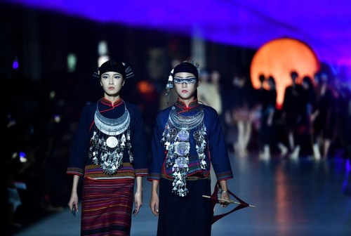 Models present creations made of Li brocade, traditional clothing made by Li ethnic group, at a fashion show in Haikou, south China's Hainan Province, Nov. 19, 2020.
