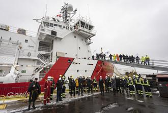 Les travailleurs du chantier naval Davie et des membres de la Garde côtière canadienne soulignent la livraison du NGCC Jean Goodwill à Lévis, Québec. (Groupe CNW/Garde côtière canadienne)