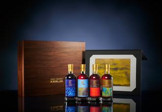 "Kavalan推出了第四个限量版瓶装的""艺术家系列馆集"",由Paul Chiang打印题为""台湾山脉""。威士忌从左到右:Pondeon,Virgin Oak,法国酒桶,以及泥泞的麦芽"
