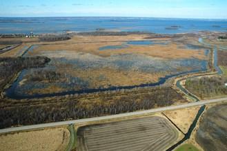 Vue aérienne de la Digue-aux-Aigrettes située dans la réserve nationale de faune du Lac-St-François, au Québec. (Groupe CNW/Environnement et Changement climatique Canada)