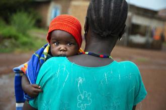 Veronica Marco Bareza携带她最小的孩子,穆巴拉克(9个月),在南苏丹南武力医院。(CNW集团/加拿大儿童基金会委员会)