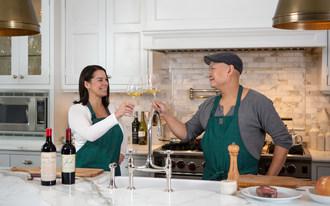 @Superwinegirl,新任命的Wandereater Magaziner饮料编辑,Angela Aiello在厨房里庆祝当地加拿大厨师和Restauranteur Nick Liu,在出版物的现成品牌内容广告系列中:#wecaliupgraded(CNW Group / Stamina Group Inc.)