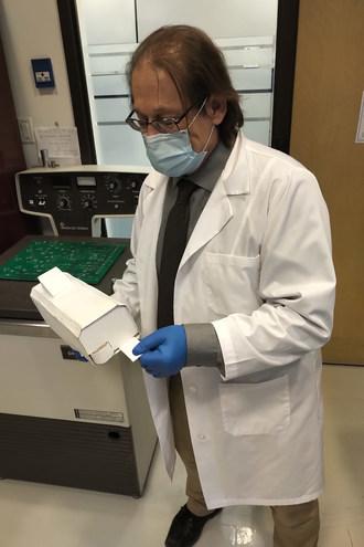 norand Marchand B.Ing博士是Aerovirus Technologies Inc. (AvT)的副总裁兼首席技术官,m.c.a, s.d.。他展示了Aerovirus-1的模型,预计将于2021年第一季度上市。CNW集团/航空病毒技术公司(AvT)