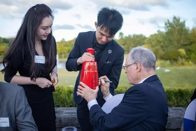 O Dr. Don Brash, ex-governador do Reserve Bank da Nova Zelândia, presidente do ICBC (Nova Zelândia), assina uma garrafa de licor Red Xifeng no NEXT Summit (Sky 2020) em 25 de novembro de 2020. (PRNewsfoto/Xinhua Silk Road)