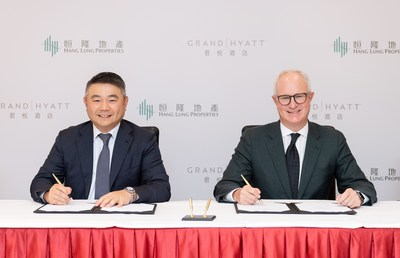 Mr. Weber Lo, Chief Executive Officer of Hang Lung Properties (left), and Mr. David Udell, Group President, Asia Pacific, Hyatt Hotels Corporation (right), ink partnership between Hang Lung and Hyatt to open Grand Hyatt Kunming at Spring City 66 in the capital and the largest city of Yunnan province in mainland China.