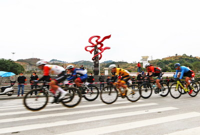 The cycling team rode through Yinjiang Shufa Square.