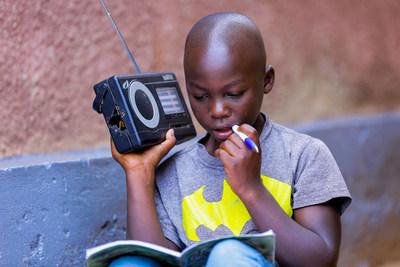 Igihozo Kevin, 11 ans, écoute ses leçons à la radio tous les jours. (Groupe CNW/Canadian Unicef Committee)