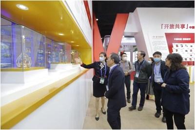 Visitantes chineses e estrangeiros pararam para apreciar os produtos Wuliangye no showroom da Wuliangye na 17ª CAEXPO (PRNewsfoto/Xinhua Silk Road)