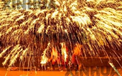 """Turistas disfrutando la presentación """"Fire Dragon Steel Flower"""", parte del patrimonio cultural de la antigua ciudad. (PRNewsfoto/The Publicity Department of Zaozhuang Municipality)"""