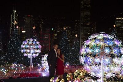 """Os visitantes assistem ao """"Show de música e luzes de Natal"""" com um horizonte incrível como pano de fundo no Harbour City, em Hong Kong. (PRNewsfoto/Harbour City Hong Kong)"""