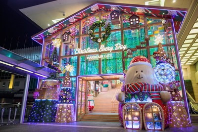 "The main entrance of Harbour City, Hong Kong becomes a ""Beary Christmas Shop"". (PRNewsfoto/Harbour City Hong Kong)"