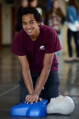 High school student demonstrates CPR training using a mannequin donated by the ACT Foundation. (CNW Group/Hydro One Inc.)