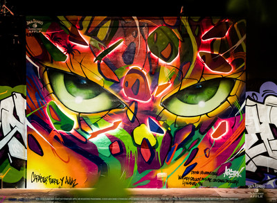 El mural de ABSTRK realizado en colaboración con Jack Daniel's® Tennessee Apple se iluminó por la noche en Miami, FL.