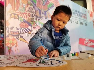 Niños que aprenden a hacer cometas. (PRNewsfoto/Comprehensive Service Center of the Weifang International Kite Festival)