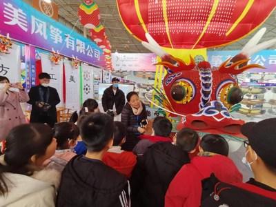 Una cometa que muestra una pintura del año nuevo chino (Nianhua). (PRNewsfoto/Comprehensive Service Center of the Weifang International Kite Festival)
