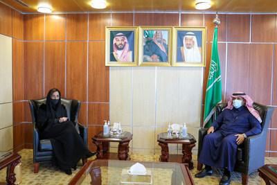 من اليسار إلى اليمين - صاحبة السمو الملكي الأميرة لمياء بنت ماجد آل سعود، السفير محمد بن سعيد آل جابر