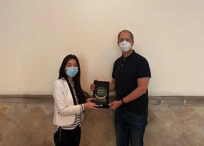 (From left) Mercy Setiawan, VP. Corporate Relations of GK-Plug and Play, and Guy Kellaway, Communication Director of Nestle Indonesia, in the handover of a collaboration token between Nestlé and GK-Plug and Play on December 21, 2020.