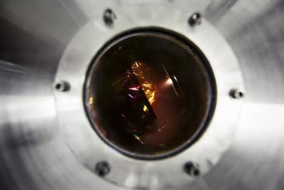 Aperçu au travers d'une fenêtre de l'intérieur d'un réacteur sous ultra-haut vide où les nanotubes d'oxyde de titane (TiO2) sont décorés avec des nanoparticules d'oxyde de cobalt (CoO). (Christian Fleury, INRS) (Groupe CNW/Institut national de la recherche scientifique (INRS))