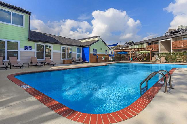 Los Prados pool area