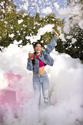 Charli D'Amelio avec la nouvelle mousse froide Charli de Dunkin