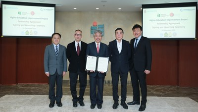 From left: Dr Simon Xu, Associate Vice President (Global Affairs); Professor Lui Tai-lok, Vice President (Research and Development); Professor Stephen Cheung, President; Professor Tsui Kwok-tung, Acting Dean of Faculty of Education and Human Development; and Professor Lim Cher Ping, Chair Professor at the Department of Curriculum and Instruction, at the signing ceremony for the partnership agreement