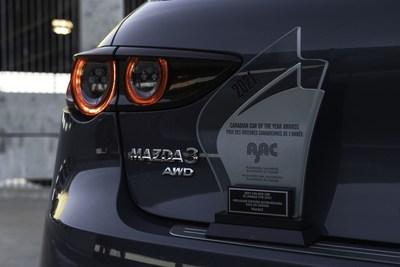 Prix de la Meilleure voiture intermédiaire au Canada pour l'année 2021 décerné par l'AJAC (Groupe CNW/Mazda Canada Inc.)