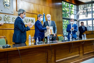 Alfredo Vitaller of Josemaria Resources presents Governor of San Juan, Sergio Unac with the company's Environment, Social Impact Assessment (ESIA). (CNW Group/Josemaria Resources Inc.)