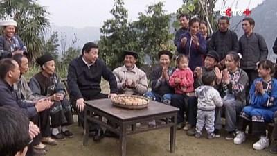 foto do presidente Xi Jinping com pessoas na região pobre (PRNewsfoto/CCTV+)