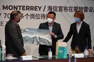 Intercambio de obsequios, la imagen muestra la histórica montaña de Monterrey, presentada por el gobernador de NuevoLeón (PRNewsfoto/Hisense)