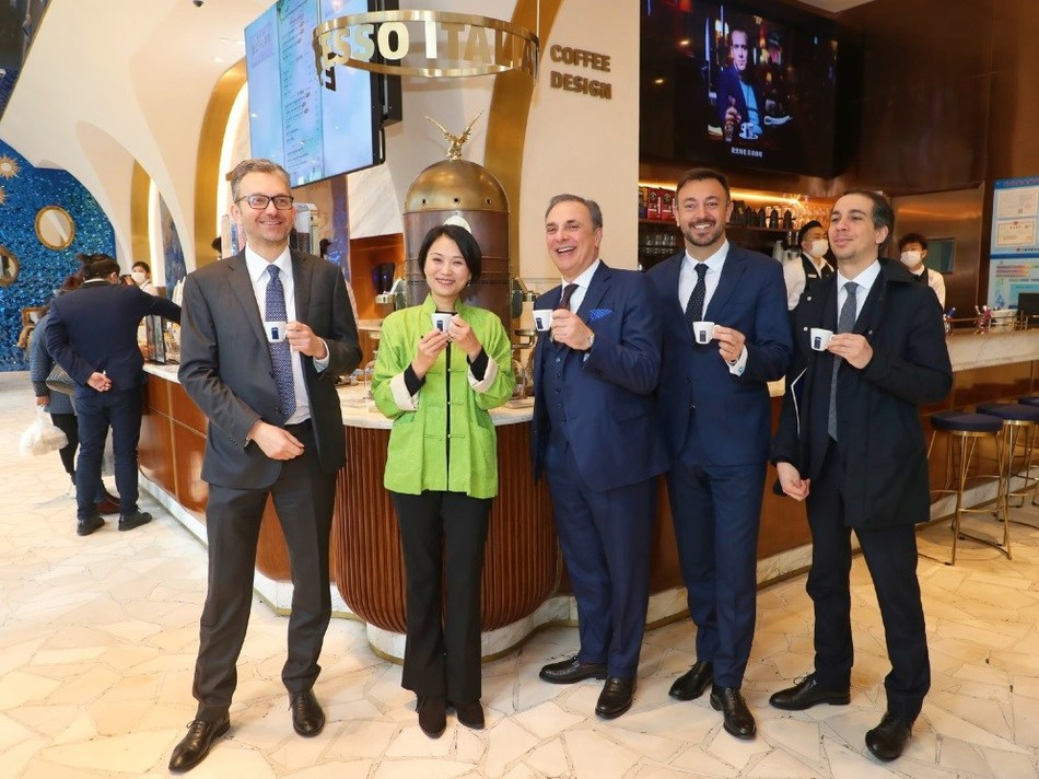 Ambassador Ferrari enjoys coffee in the store From left to right: Michele Cecchi, Consul General of Italy in Shanghai, Joey Wat, CEO of Yum China, Luca Ferrari, Ambassador of Italy to the People's Republic of China, Pietro Luigi Ghigo, Asian Regional Sales Manager, Rocco Carlo Genchi, Deputy Consul General of Italy in Shanghai