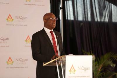 O honorável primeiro-ministro Dr. Keith Rowley inaugura a usina. (PRNewsfoto/NiQuan Energy)