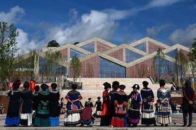 Moradores locais em Sichuan deixam a pobreza para trás, mudando-se para casas novas de locais inóspitos. (PRNewsfoto/China Report)
