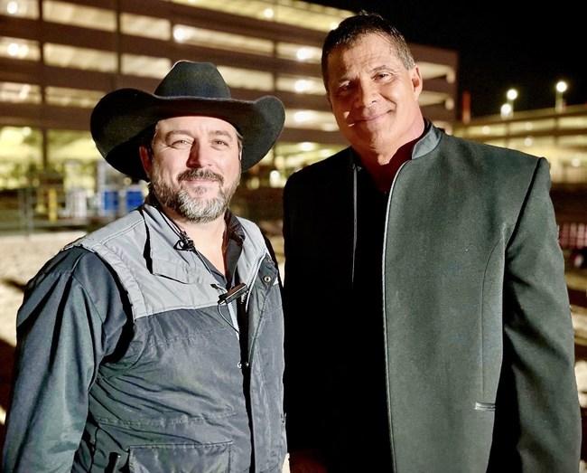 """2024 El candidato presidencial James Bills y la estrella de béisbol José Canseco en el set de CORE """"Sálvame"""" filmando en Las Vegas."""