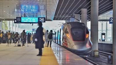 Trem-bala da ferrovia de alta velocidade Chengdu-Chongqing. Sichuan criou uma cadeia industrial completa do setor de transporte ferroviário (PRNewsfoto/China Report)