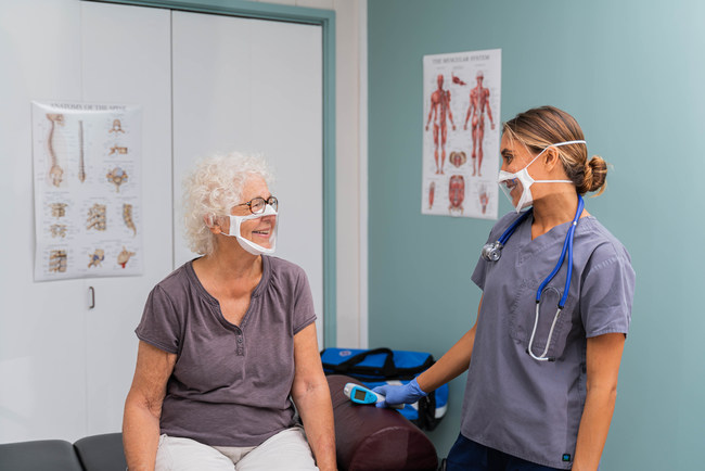 Doctor and patient both wearing the BendShape Quartz mask