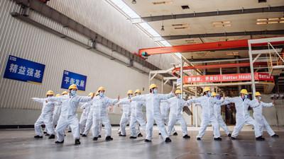 Un equipo de la unidad de excavadoras de XCMG practica Tai Chi como parte del ejercicio durante los tiempos de descanso en el trabajo (PRNewsfoto/XCMG)