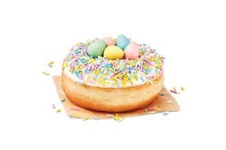 Coloré, chocolaté et croquant : Le beigne de rêve avec CADBURY MINI EGGS® est de retour chez Tim Hortons® jusqu'au 6 avril (Groupe CNW/Tim Hortons)