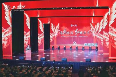 Foto mostra a cena da cerimônia de cumprimentos organizada pelo Xifeng Group na terça-feira em Xi'an, capital da província de Shaanxi, noroeste da China, em reconhecimento aos comerciantes e fornecedores nacionais. (PRNewsfoto/Xinhua Silk Road)