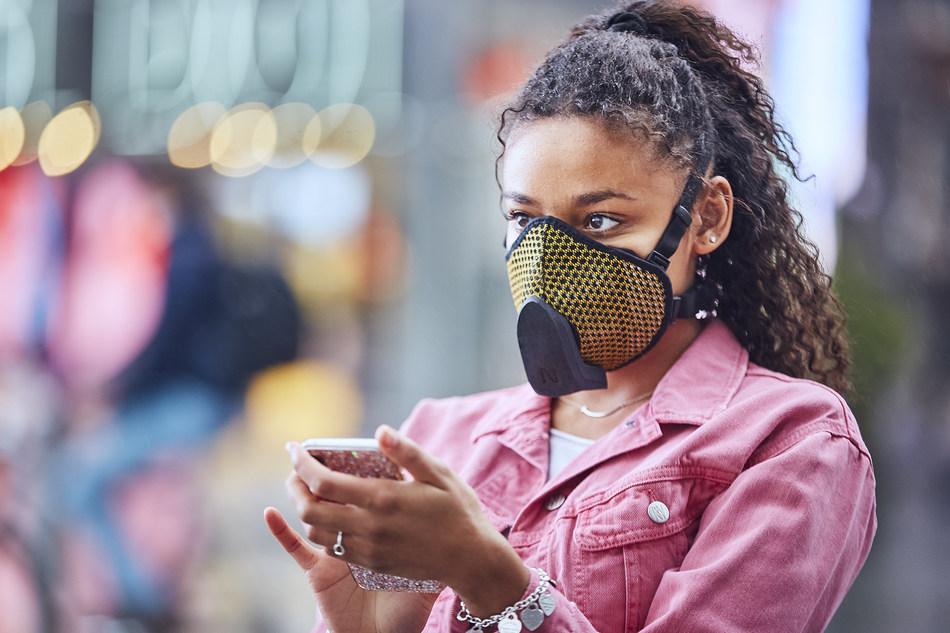 Narvalo présente Urban Active Mask, le masque intelligent primé doté d'une ventilation active qui surveille votre respiration et la qualité de l'air qui vous entoure.