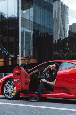 Empresário Ricardo Lastoria em sua Ferrari, modelo F430