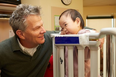 David Foster with Sophie, a heart transplant recipient, at Toronto SickKids Hospital. (CNW Group/The David Foster Foundation)