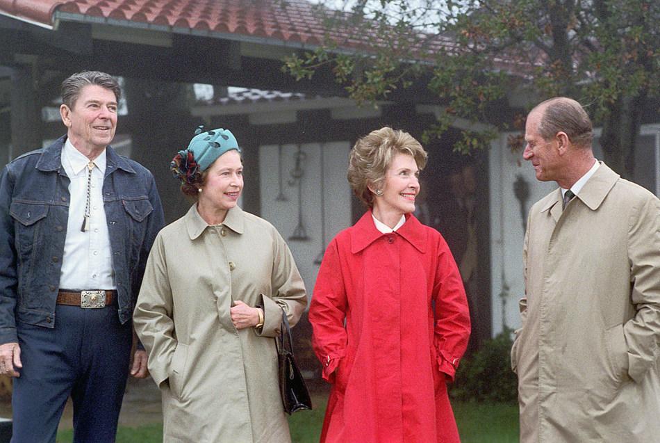 File:Reagans greet Queen Elizabeth II.jpg - Wikimedia Commons