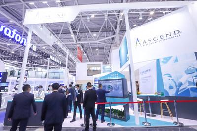 Os visitantes do estande da Ascend Performance Materials na Chinaplas exploram os produtos mais recentes da empresa por meio da tela sensível ao toque. (PRNewsfoto/Ascend Performance Materials)